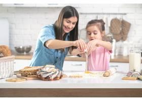 幸福之家妈妈和女儿在厨房准备糕点爱心_10108503