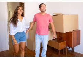 幸福兴奋的年轻夫妇看着他们的新公寓带着_10608412