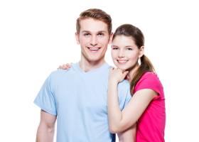 幸福拥抱的情侣的肖像穿着休闲装隔离在_11961842