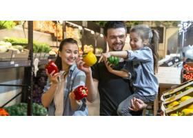 幸福的一家人买蔬菜欢快的一家三口在超市_9046109