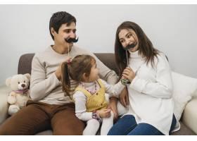 幸福的一家人在家中一起玩耍_11904730