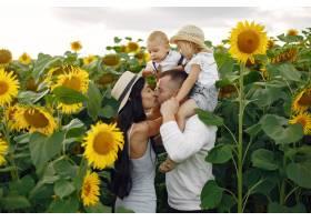 幸福的全家福照片父母和女儿一家人一起_10064847