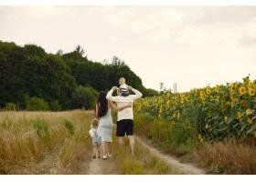 幸福的全家福照片父母和女儿一家人一起_10064890