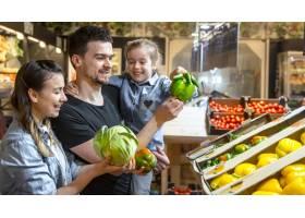 幸福的夫妻带着孩子买菜快乐的一家三口在_10107644