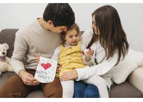 幸福的家庭在家中共度时光_11904731