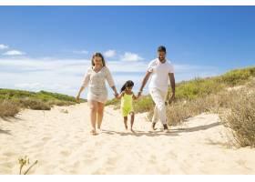 幸福的家庭夫妇和穿着夏装的小孩子沿着白色_10608419