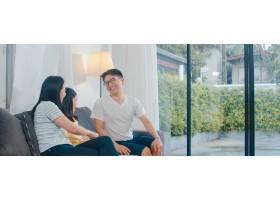 幸福的年轻的亚洲家庭一起在家里的沙发上玩_6142507