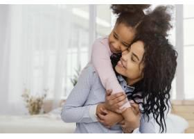 幸福的母亲和女儿在家中玩耍的前景_13108829