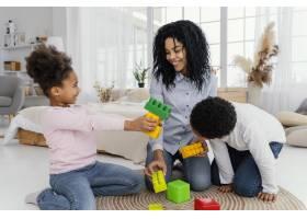 幸福的母亲和孩子们在家中玩耍的前景_13108831