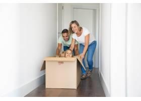 幸福的高加索父母在新家和坐在纸箱里的孩子_10608386