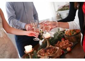 与家人共进圣诞晚餐_9388477