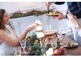 与家人共进圣诞晚餐_9388576