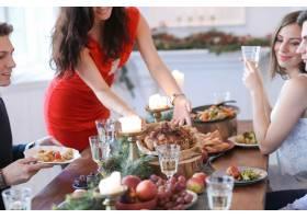 与家人共进圣诞晚餐_9388635