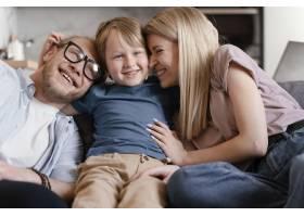 中等镜头的父母和孩子坐在一起_13436797