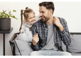 中镜头快乐的爸爸和女孩_12552981