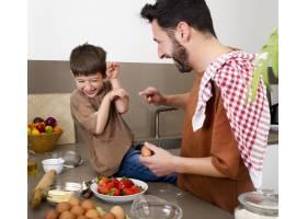 中镜头父亲和男孩一起做饭_13402843