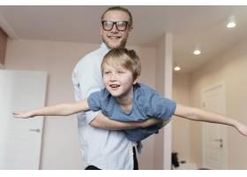 中枪父亲抱着男孩_13436787