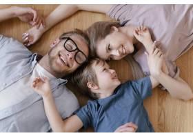 中等射门的父母和孩子在地板上_13436802