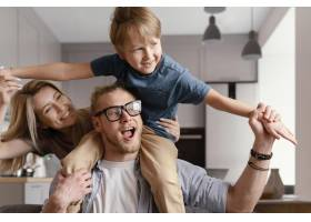 中等程度的幸福父母和孩子_13436778