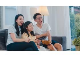 亚洲家庭在家中享受他们的空闲时间一起放_6142508
