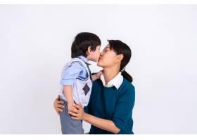 亚洲男孩用爱亲吻母亲的肖像_5395716