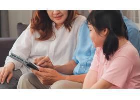 亚洲祖父母和孙女在家使用平板电脑年长的_5820810
