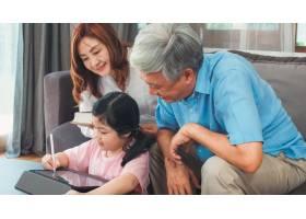 亚洲祖父母和孙女在家视频通话年长的中国_5820812