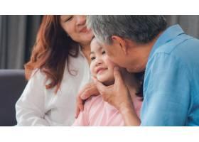 亚洲祖父母在家中亲吻孙女的脸颊中国老年_5820814