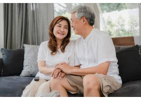 亚洲老两口在家中放松亚洲年长的中国祖父_5820756