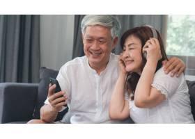 亚洲老两口在家中放松亚洲年长的中国祖父_5820795