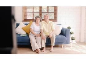 亚洲老年夫妇在家中客厅看电视甜蜜的夫妇_4396346