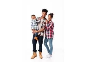 一个充满爱心的年轻非洲家庭的全身肖像_6871482