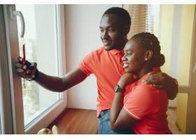 一个年轻漂亮的黑人女孩穿着粉色t恤和蓝_2612318