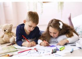 一个年轻的女孩和一个男孩躺在房间的地板上_7250345