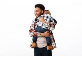 一位幸福的非洲男子拥抱他的小儿子的肖像_6871457