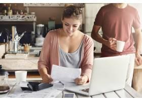 一位戴着眼镜的年轻漂亮女子一边看着银行批_9532904