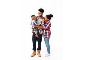 一个幸福的年轻非洲家庭的全身肖像_6871479