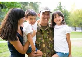 一个快乐的军人和他的家人合影抱着孩子_11622790