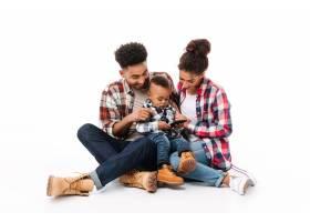 一个快乐的年轻非洲家庭的全身肖像_6871496