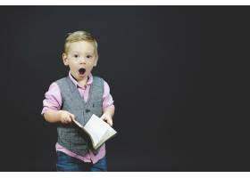 一个惊讶的孩子拿着圣经的特写镜头_9184678