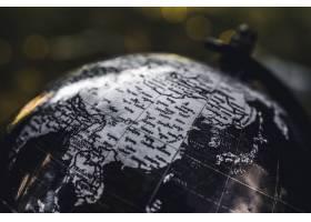 一个背景模糊的黑白木制地球仪的特写镜头_7810255