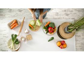 一位年轻漂亮的女士正在厨房准备各种蔬菜沙_9513352