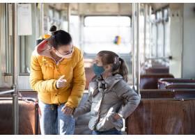 一位母亲带着孩子在空荡荡的公共交通工具上_11085594