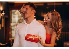 一名女子在情人节为男友拿着礼物_7200154