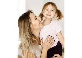 一名妇女在母亲节与女儿在家中共度时光_12658843