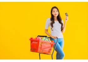 一名年轻的亚洲女子从超市买杂货车_8314985