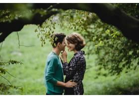 一名男子拥抱了他的妻子他们面带微笑_7251888