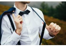 一名男子穿着白色衬衫穿着吊带摆姿势_1275376