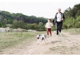 一家人喜欢带着狗在公园散步_8715154