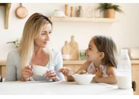 母女俩一起吃早餐_10604641
